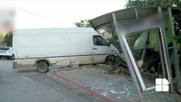 На Буюканах микроавтобус въехал в остановку