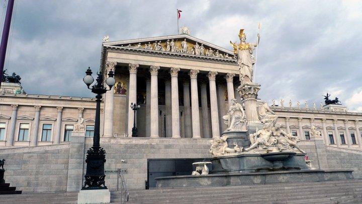 При ремонте парламента в Вене нашли предметы искусства с изображениями Гитлера