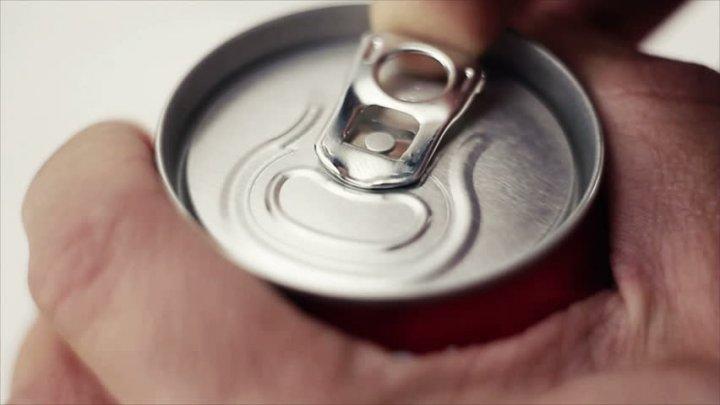 Освобожденный с условием не пить американец заперся в холодильнике с пивом