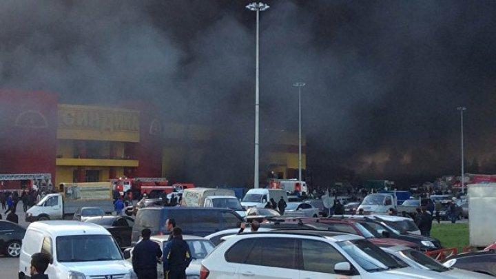 Несколько машин взорвались на подземной парковке горящего рынка в Москве