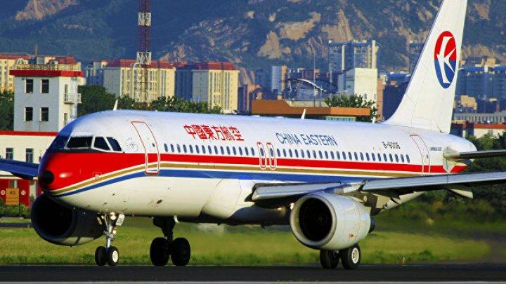 Стюардесса вывалилась из двери самолета во время взлета