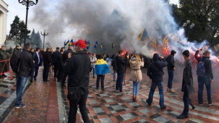 В Киеве протестуют против принятия закона о Донбассе