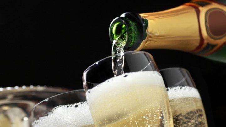 Авиакомпанию засудили за поданное игристое вино вместо шампанского