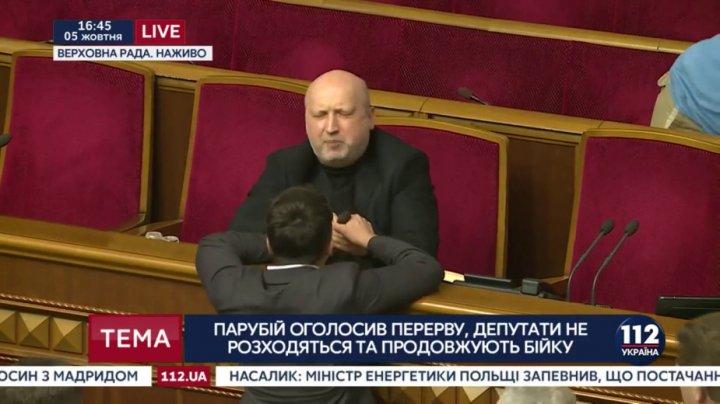 Савченко сломала Турчинову микрофон во время драки: видео