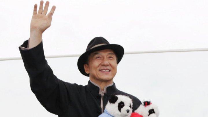 Джеки Чан нашел в интернете посты о себе и очаровательно всем ответил: видео