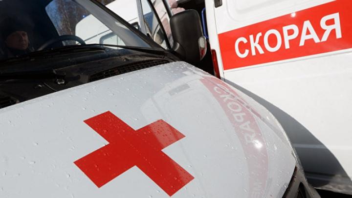 Маршрутка с пассажирами врезалась в остановку в Санкт-Петербурге