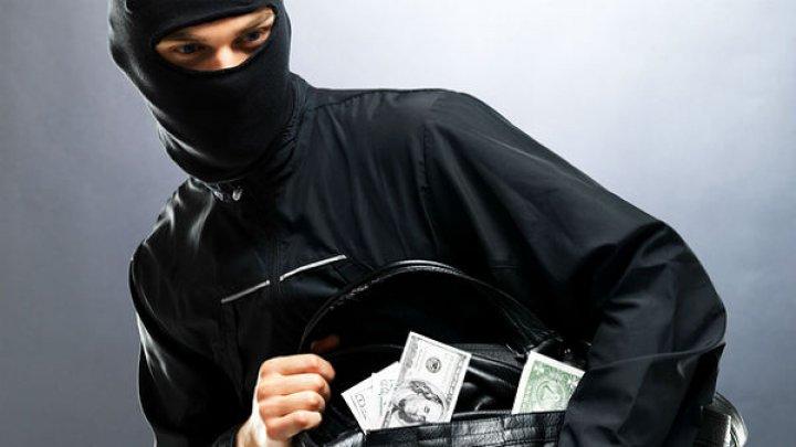 Американский пенсионер скрутил грабителя банка голыми руками: видео