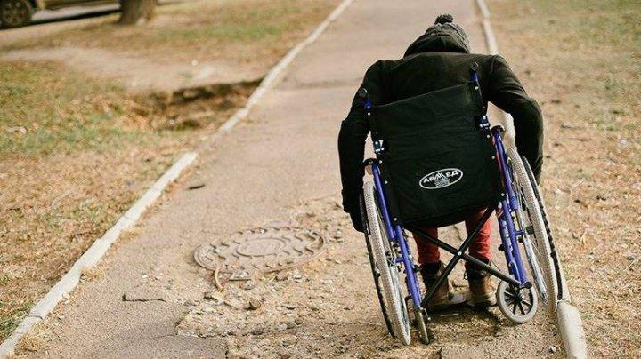 Во Франции инвалид поднялся с кресла и погнался с топором за своим обидчиком