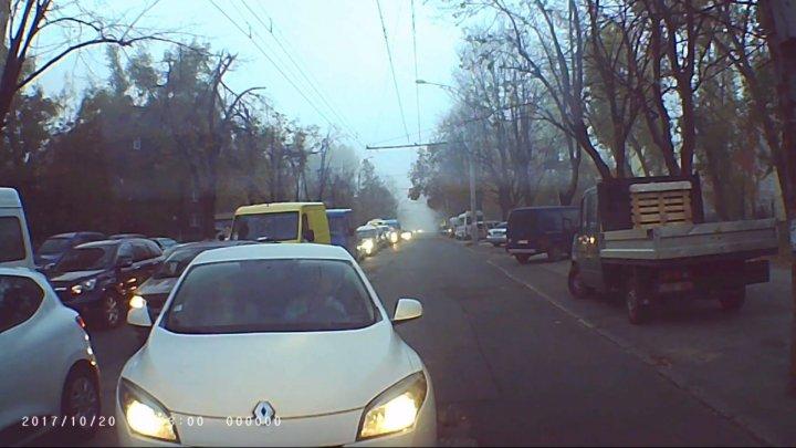 Водитель, который больше всех спешил, выехал на встречную полосу, заблокировав движение по улице Христо Ботева