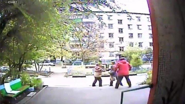 Сидящая у подъезда пенсионерка назвала девушку пьяницей и получила удар в лицо: видео