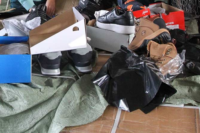 С места происшествия изъято более 16 тысяч единиц одежды, обуви и сумок