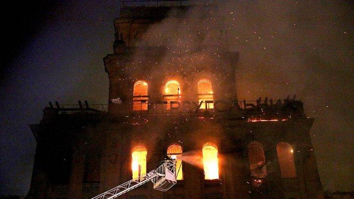 В Петербурге горит здание заброшенного завода «Красный треугольник»