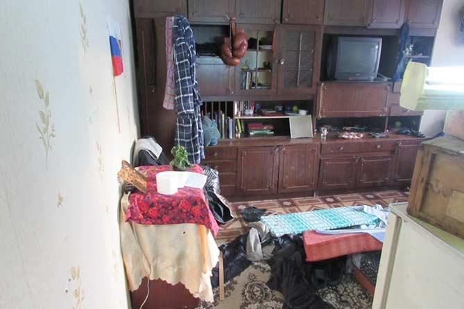 Дверь в одну из квартир дома была открыта