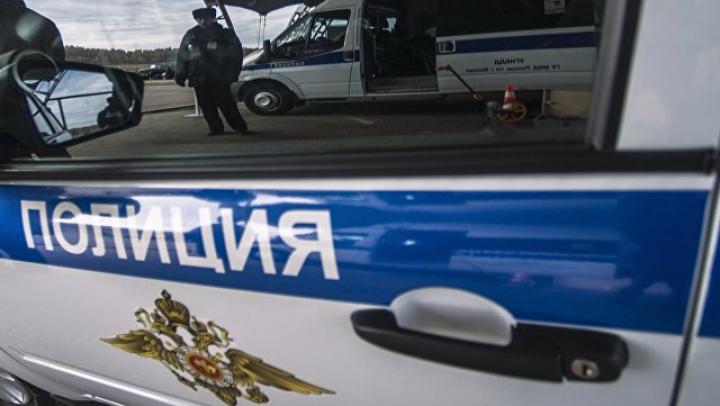 Компания из трех человек избила девушку у театра в Москве