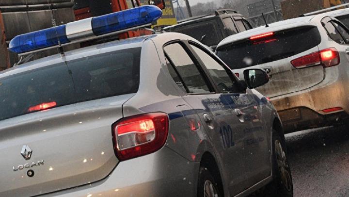 В Воронеже автомобилист посреди дороги избил женщину с маленьким ребёнком