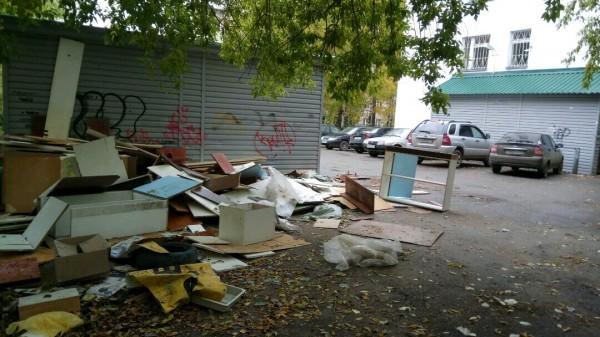 На территории поликлиники в центре города обнаружена свалка старой мебели