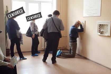 Пациентов воронежской поликлиники вынудили стоять на коленях ради больничного