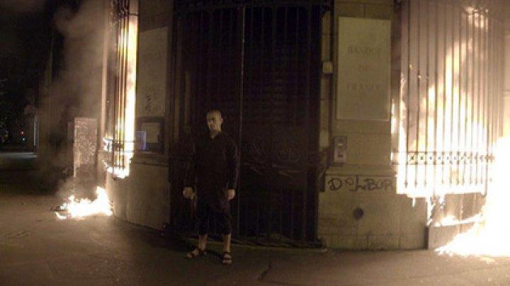 Художник-акционист Петр Павленский поджег здание Банка Франции в Париже