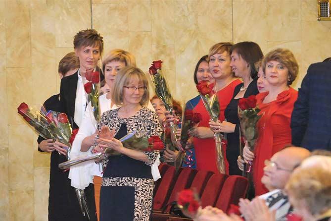 Дмитрий Азаров поздравил учителей и ветеранов отрасли образования с Днем учителя