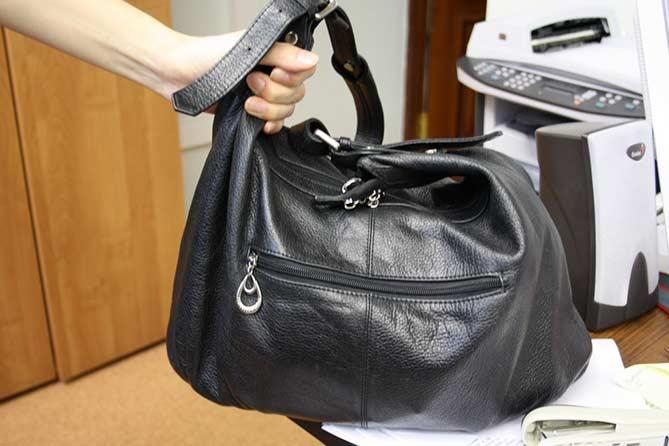 Не оставляйте сумки и телефоны на работе без присмотра