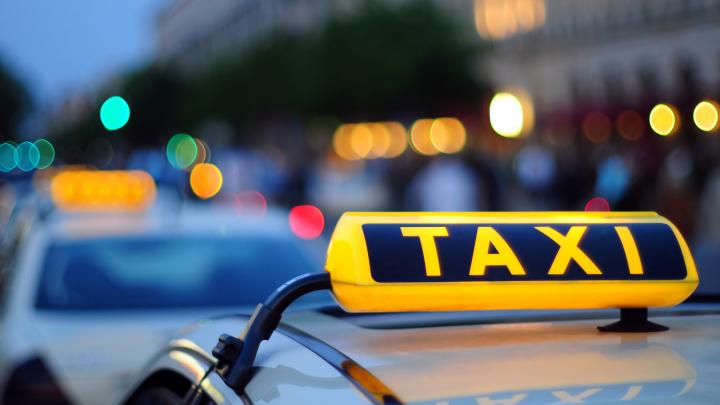 Таксист вернул обманутому пенсионеру 15 тысяч долларов