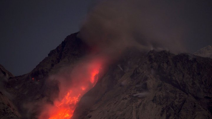 Вулкан Шивелуч вновь выбросил многокилометровый столб пепла