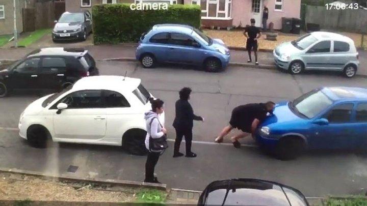 Бодибилдер голыми руками сдвинул машину, загородившую выезд его тете: видео