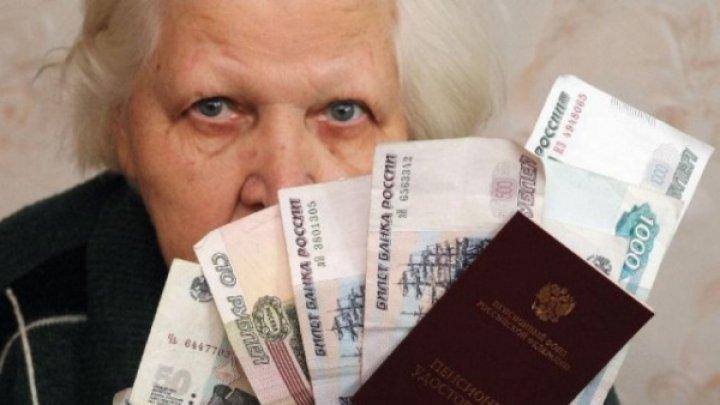 Камеры сняли, как пенсионерка стащила кошелек в отделении почты в Москве