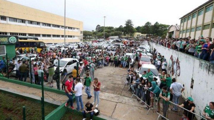 Сотни болельщиков футбольного клуба «Шапекоэнсе» почтили память жертв авиакатастрофы в Колумбии
