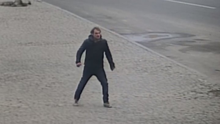 Мужчина поколотил воображаемых врагов на улице Харькова