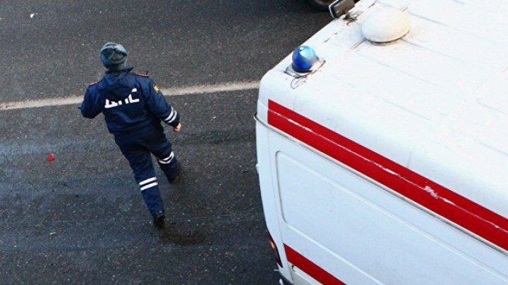 В центре Москвы две иномарки протаранили автомобиль с включенной мигалкой: видео