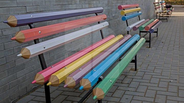 Необычные скамейки появились в столице: фото