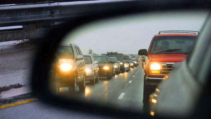 С 1 ноября водители обязаны ездить с включенными фарами даже днем