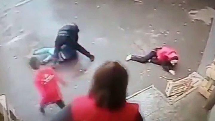 Камера сняла вора, устроившего провальный побег с «сальто» из супермаркета в Москве