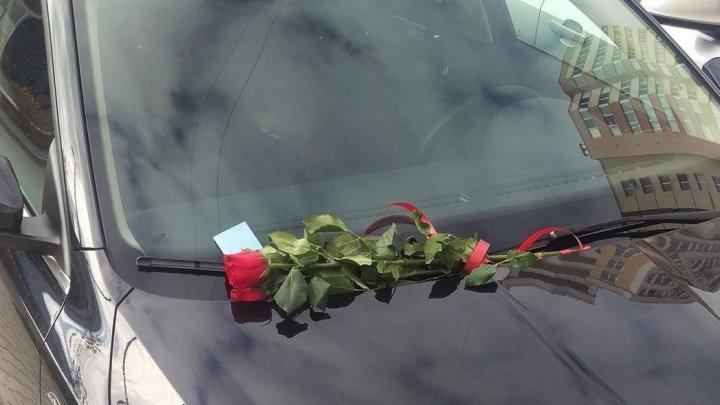 Девушку «наказали» букетом роз за парковку в неположенном месте: фото