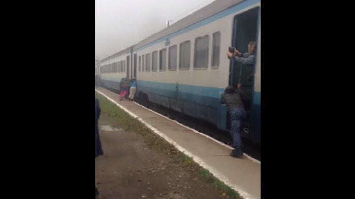 На Закарпатье пассажирам пришлось толкать поезд