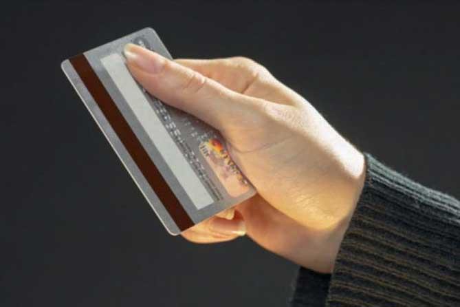 Ситуация достаточно простая: в магазине покупатель расплачивается банковской картой