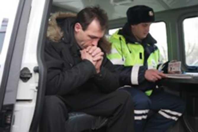 Инспекторы ДПС остановили автомобиль ВАЗ-21140