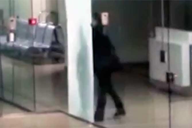 Головой разбил стекло в аэропорту