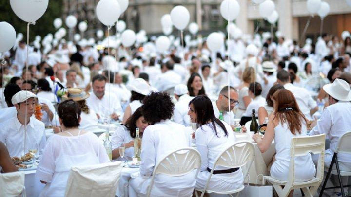 «Ужин в белом» провели в Тайване, любители хорошей музыки и еды собрались на площади города