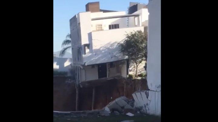 В Мексике три жилых дома провалились в котлован строящегося торгового центра: видео