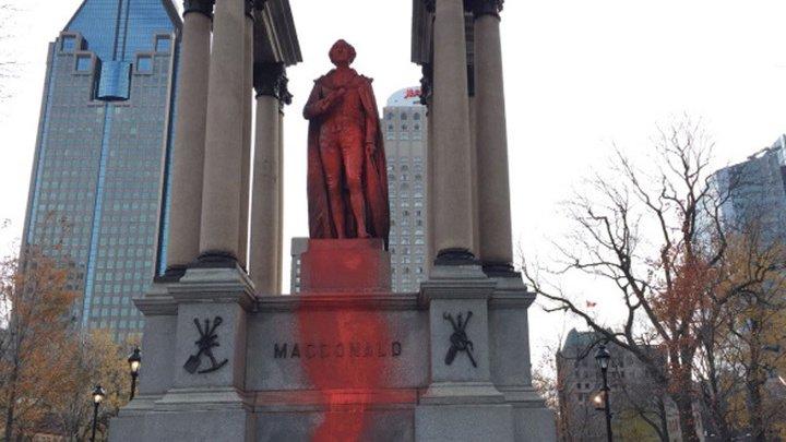 Вандалы облили краской памятник основателю Канады