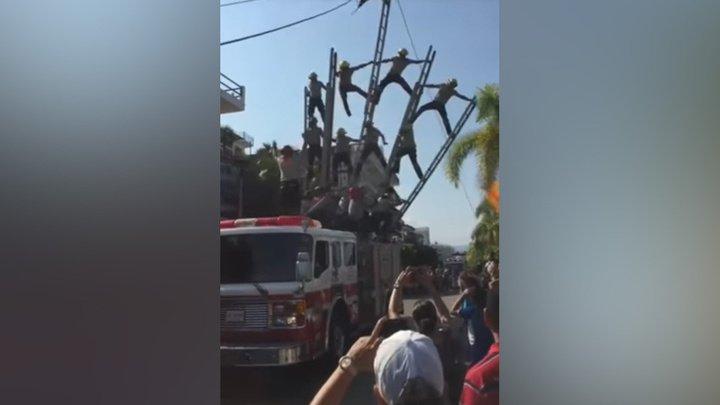 Пирамида из пожарных рухнула во время праздничного парада: видео