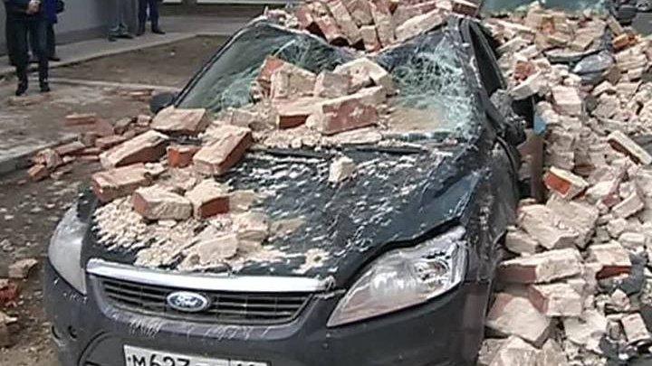 Ветеран распродает имущество, чтобы расплатиться за иномарки, на которые обрушилась стена ее дома