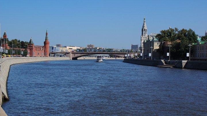 Из Москвы-реки выбралась женщина с перемотанной скотчем головой