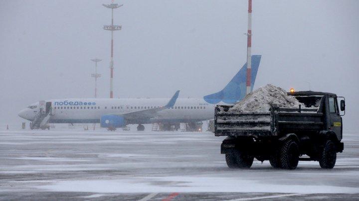Более 100 рейсов задержаны в аэропортах Москвы из-за снегопада