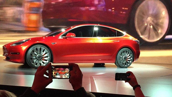 Красный автомобиль Tesla Roadster запустят к Марсу