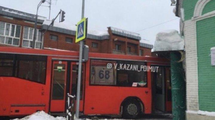 В Казани автобус врезался в мечеть