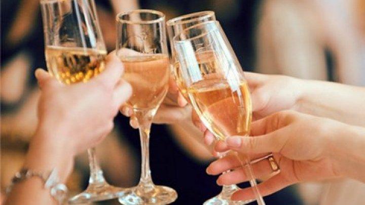 Специалисты назвали главные ошибки в поздравлениях и тостах
