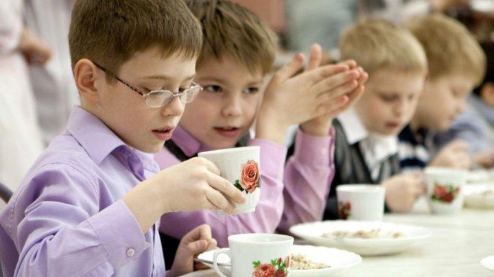 В школе Екатеринбурга детям на обед подают червяков: фото